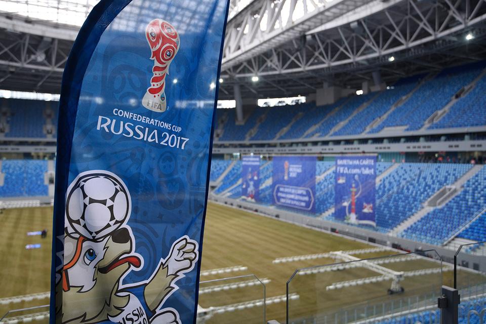 Первая закатка футбольного поля внутрь чаши стадиона состоялась в конце октября, этот процесс занял около семи часов