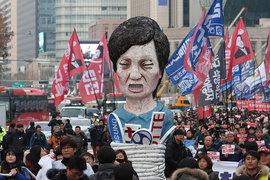 65-летняя Пак Кын Хе подозревается в сговоре со своей подругой Цой Сун Силь, которая сейчас находится под арестом, для оказания давления на крупный бизнес страны