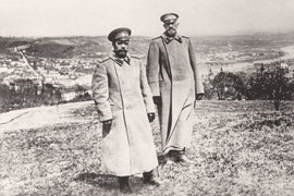 В августе 1915 г. Николай II лично занял пост главнокомандующего, сместив с него очень популярного великого князя Николая Николаевича