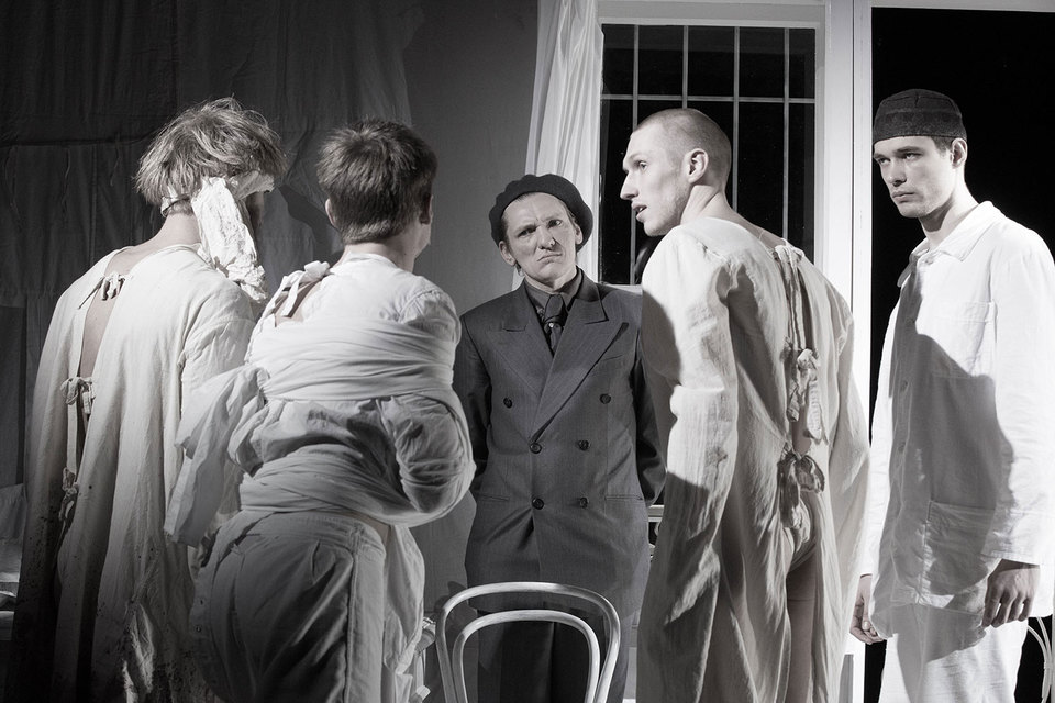 Алексей Вертков (в центре) играет Воланда похожим на Булгакова