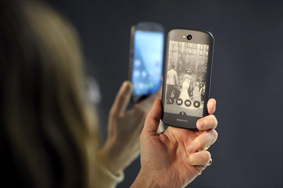 Выпуск третьей модели YotaPhone задерживается из-за того, что китайские акционеры не спешат инвестировать в его производство, заявил гендиректор «Ростеха» Сергей Чемезов