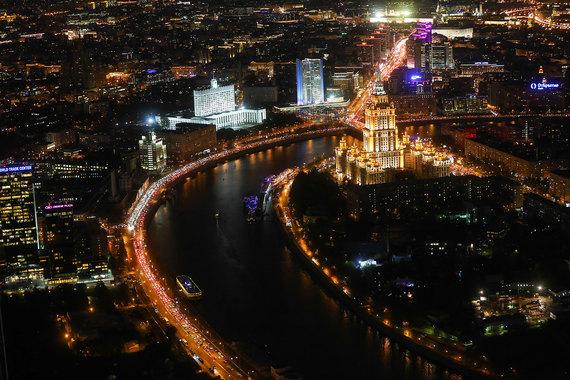 Москва занимает одно из последних мест по уровню доступности жилья - на среднюю зарплату москвича в 77 787 руб. можно приобрести только полметра (0,51 кв. м) во вторичной квартире стоимостью 152 317 руб. за 1 кв. м. Хуже положение только в Приморском крае и Дагестане. Там жители на среднемесячный доход смогут купить лишь 0,49 кв. м и 0,47 кв. м жилья соответственно. Однако за минувший год уровень доступности жилья в Москве немного вырос - на 0,15%. В Приморье этот показатель вырос на 0,14%, в Дагестане - на 0,05%  (на фото: г. Москва)