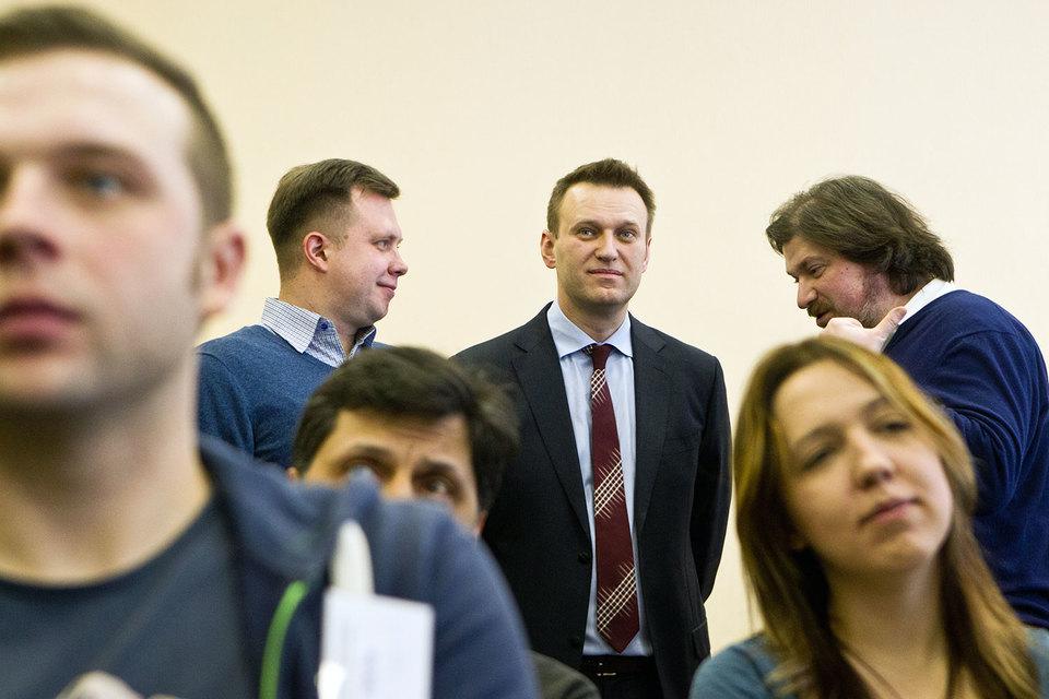 «Участвовать в выборах президента мне разрешено с точки зрения любых законов, а не только Конституции», - написал Навальный