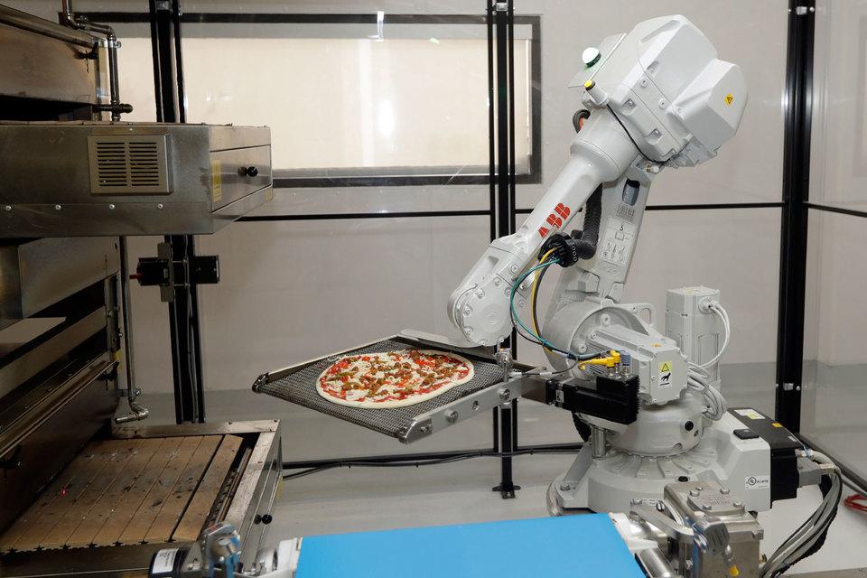 Из четырех «сотрудников» кафе Zume Pizza в Калифорнии, занятых приготовлением пиццы, только один является человеком