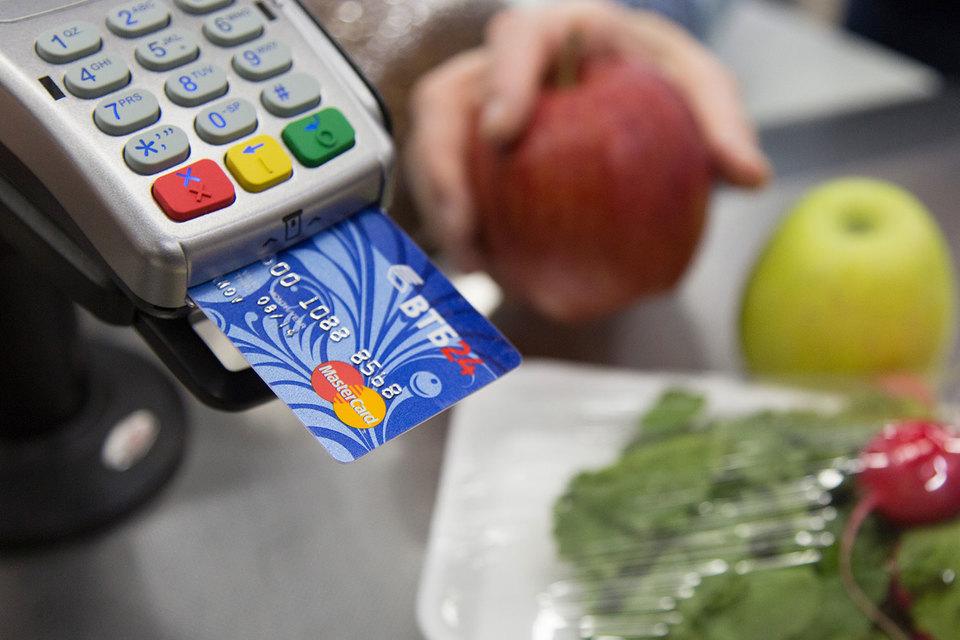 В России объем операций по оплате товаров и услуг картами в прошлом году вырос на 36%, а их количество – на 43%