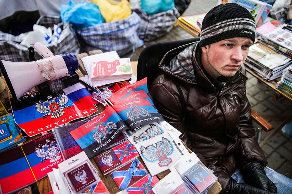 Уличный торговец и символы республик Донбасса