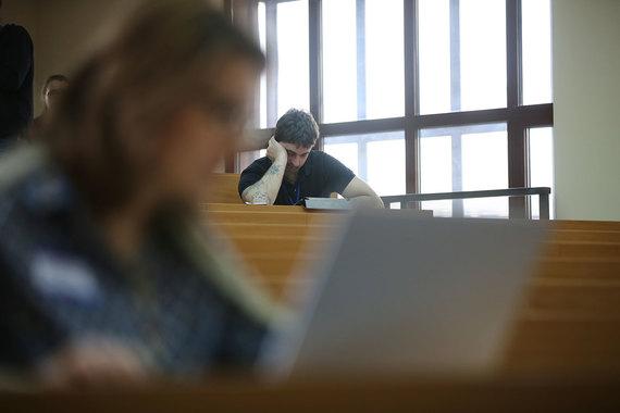 Вычет по  расходам на обучение налогоплательщика предоставляется только при  наличии у образовательного учреждения лицензии или иного документа,  который подтверждает его статус как учебного заведения любой формы  обучения (дневная, вечерняя, заочная и т. д.).  Максимальная сумма льготы по расходам на собственное обучение – 120 000  руб. в год. С нее налогоплательщику могут вернуть 15 600 руб. Вычет предоставляется и тем, кто оплатил обучение близких родственников –  брата или сестры и т. д. Максимальная сумма — также 120 000 руб. в  год, но в совокупности с другими социальными вычетами