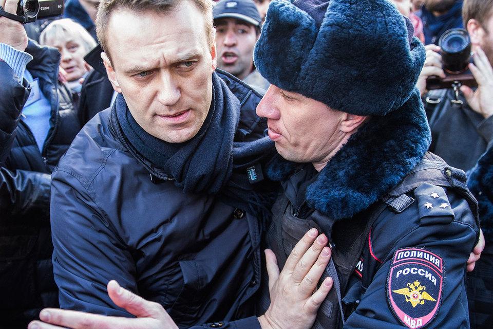 Решение Конституционного суда не защитило Алексея Навального (слева) от полицейских