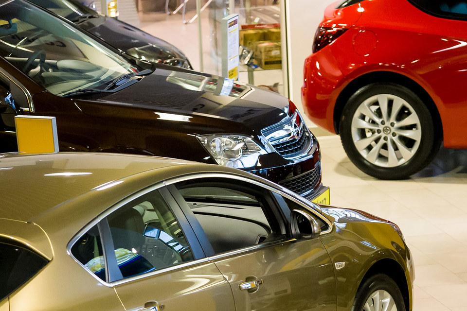 Продажи автомобилей в Петербурге в феврале упали на 2%