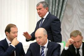 Игорь Сечин (на дальнем плане), председатель совета директоров  «Роснефтегаза», не разочарует министра финансов Антона Силуанова