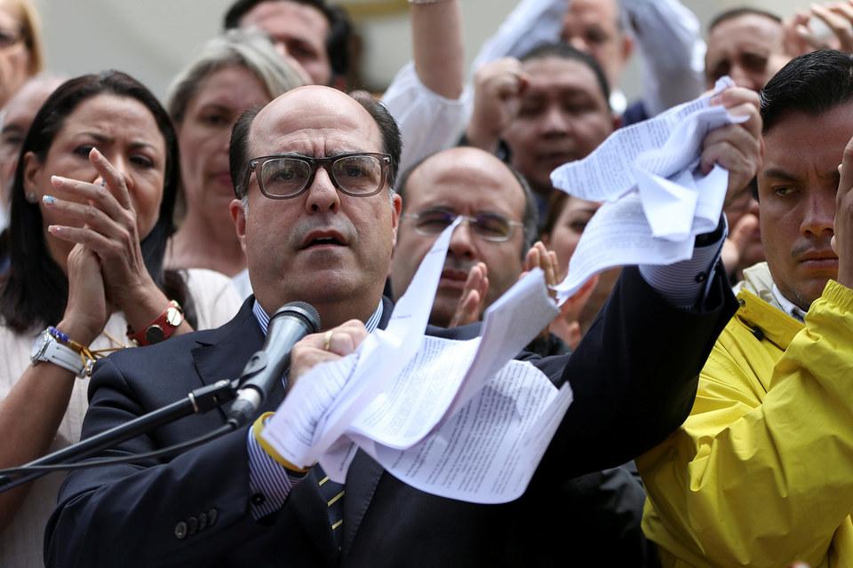 Спикер Национальной ассамблеи Хулио Борхес рвет решение Верховного суда
