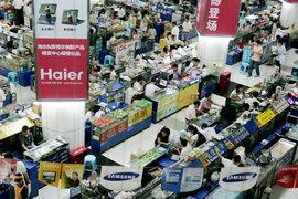 Успеха добиваются те китайские бренды, чья продукция по характеристикам не уступает американским конкурентам (на фото: рынок электроники Хуацянбэй)