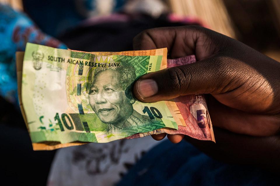 Снижение рейтинга ЮАР сыграло в пользу рубля