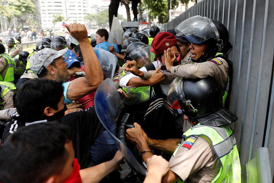 28-летнему депутату Хуану Рекесенсу сторонник президента рассек бровь, пришлось наложить 56 швов. «Это часть работы», – говорит депутат (на фото: столкновения в Каракасе 4 апреля)