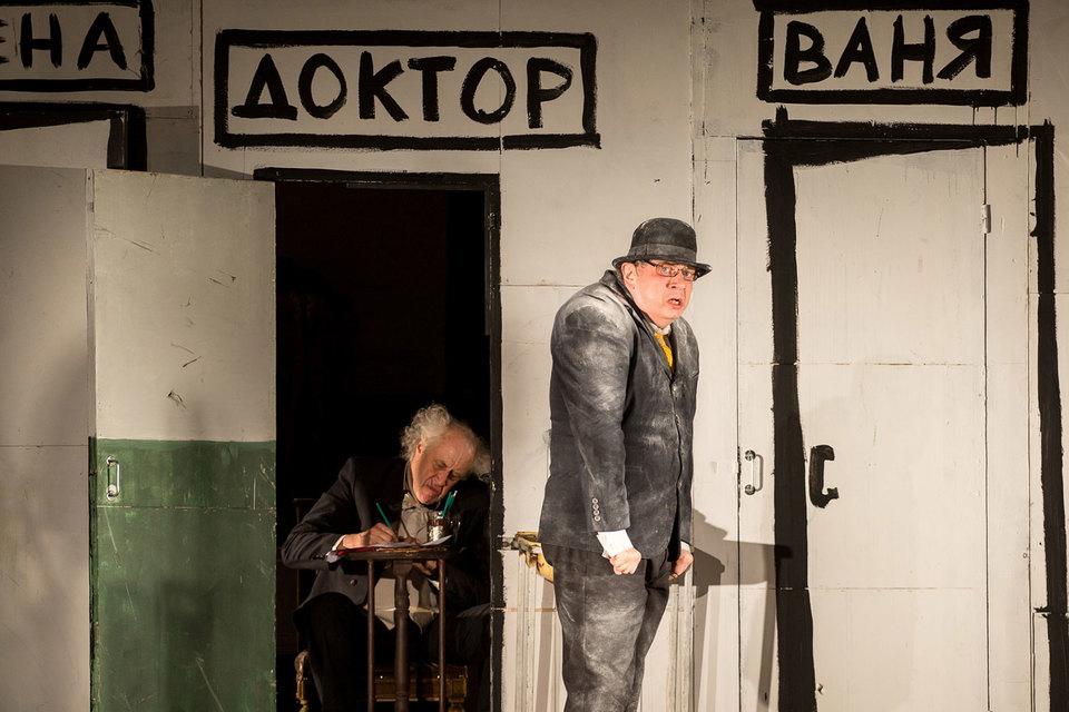 В спектакле не скрыты чеховские эксцентрика и гротеск