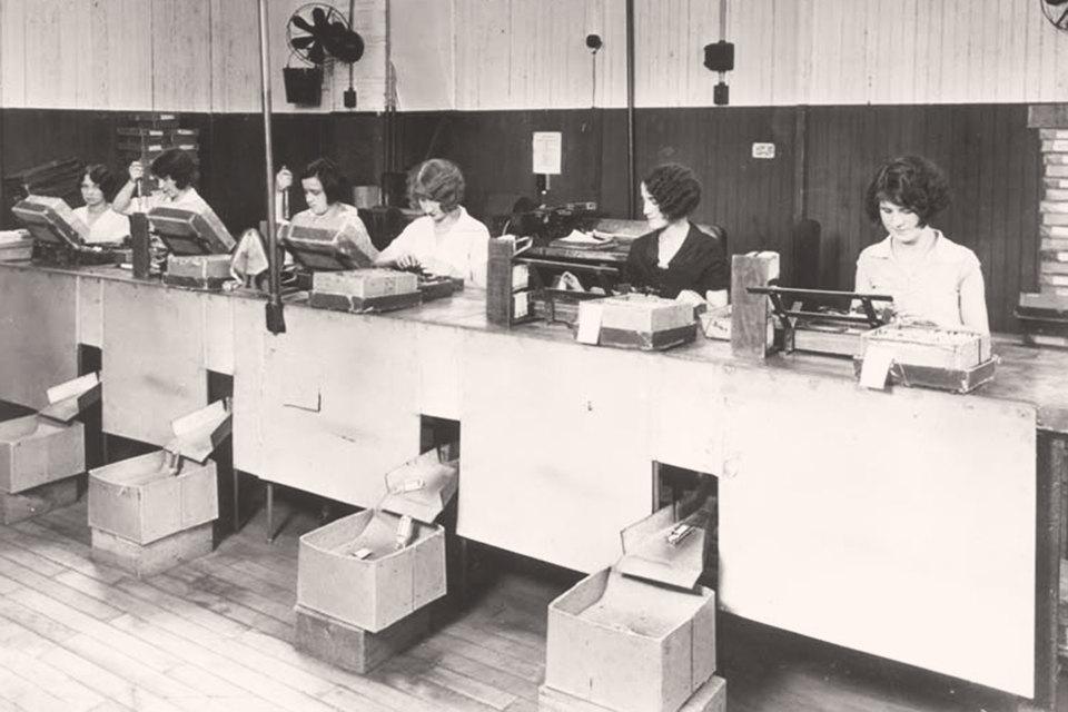 Серия экспериментов Элтона Мэйо на предприятии «Вестерн электрикс» в США (1920–1930-е гг.) заставила изменить взгляд на «человеческие отношения»