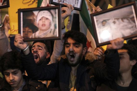 Вечером 4 апреля в Стамбуле напротив российского посольства прошел митинг. Протестующие призывали к прекращению массовых убийств в Сирии и выводу российских военных из страны. «Imperialist Russia Get out of Syria», – гласили надписи на транспарантах
