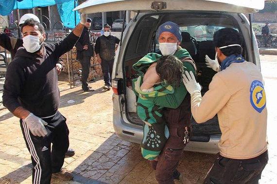По сообщениям западных СМИ, ссылающихся на минздрав сирийской провинции Идлиб, подконтрольной оппозиции, в химической атаке 4 апреля погибли не менее 69, пострадали порядка 100 человек. На сайте Сирийско-американского медицинского общества говорится о 500 пострадавших. По свидетельству очевидцев, удар был нанесен с воздуха в районе города Хан-Шейхун, кроме того, симптомы отравления людей указывали на применение нервно-паралитических компонентов типа газа зарин