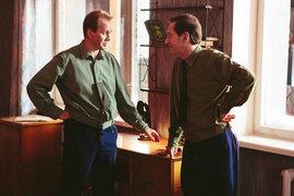 Парадоксальным образом Евгений Миронов и Константин Хабенский кажутся одетыми в скафандры скорее в наземной части фильма, а в космосе становятся гораздо живее и убедительнее