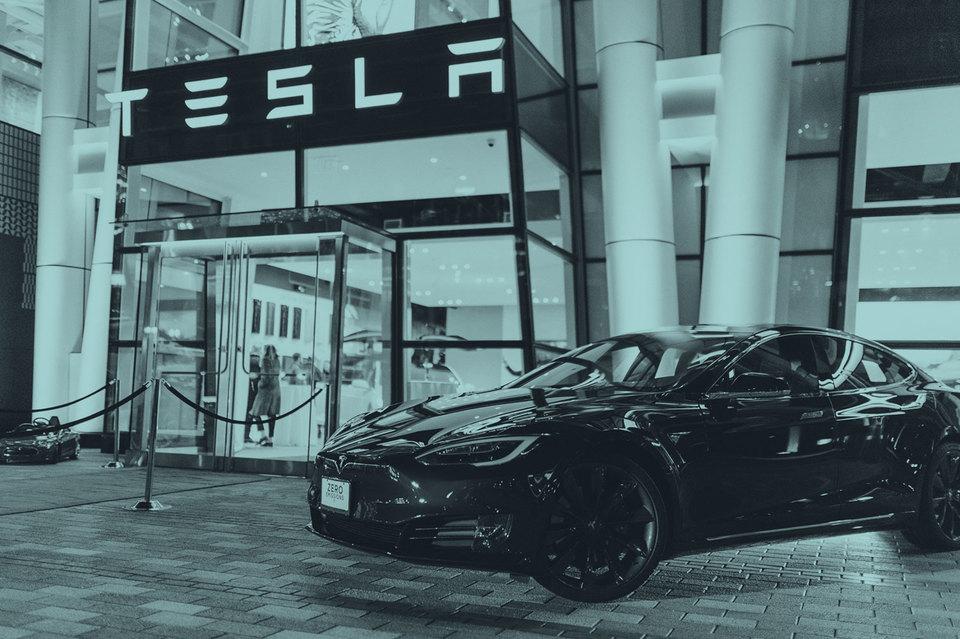 Инвесторы оценивают Tesla как технологическую и люксовую, хотя компания до сих пор убыточна