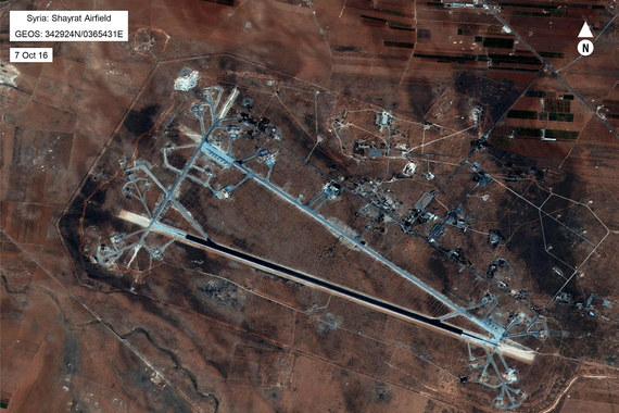 """Reuters со ссылкой на губернатора сирийской провинции Хомс сообщает, что, по данным на 9.00 мск, жертвами атаки стали пять человек, семь получили ранения. На фото: военная база сирийских правительственных сил """"Аш-Шайрат"""""""