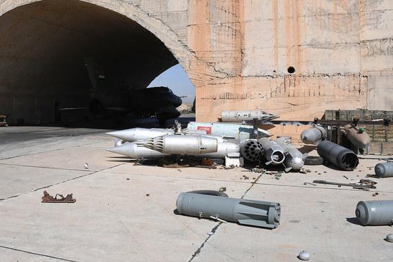 Удар американских ракет привел к значительным разрушениям на авиабазе «Аш-Шайрат» и гибели по крайней мере трех военнослужащих, сообщило сирийское провластное информагентство Al Masdar News (об этом пишет The Wall Street Journal)