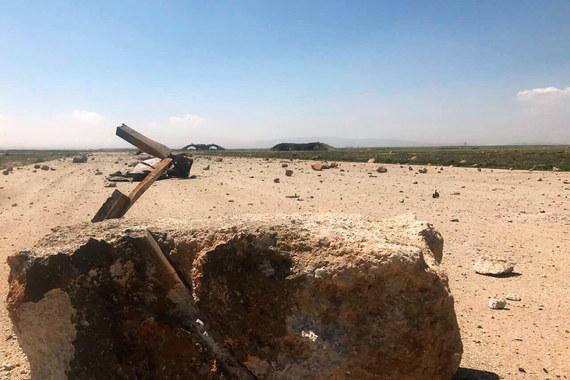 Как сказал в четверг американский военный чиновник, у США есть разведданные, указывающие на конкретный самолет, нанесший удар в Идлибе с использованием химического оружия. По его словам, возможно, поэтому и было решено обстрелять авиабазу, которой пользовался этот самолет, сообщает WSJ