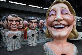 Предлагаемая лидером президентской гонки Эммануэлем Макроном (его кукла на фото слева) реформа налога на богатство не решит связанных с ним проблем