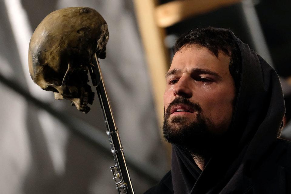 Гамлет – Козловский решительно разговаривает даже с черепом бедного Йорика