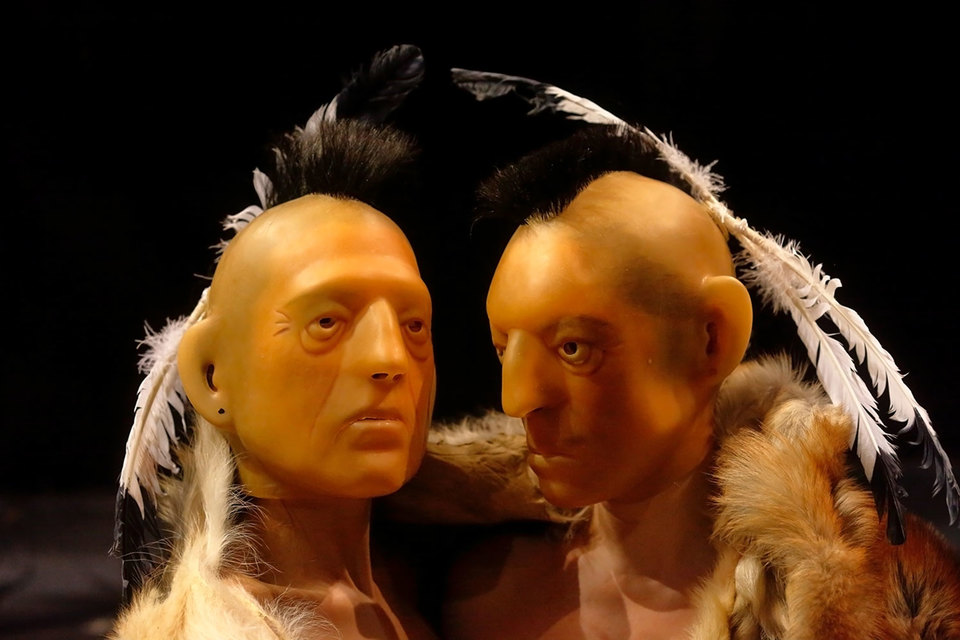 Под резиновыми масками индейцев – женщины, мужчин в спектакле  «Демократия в Америке» нет