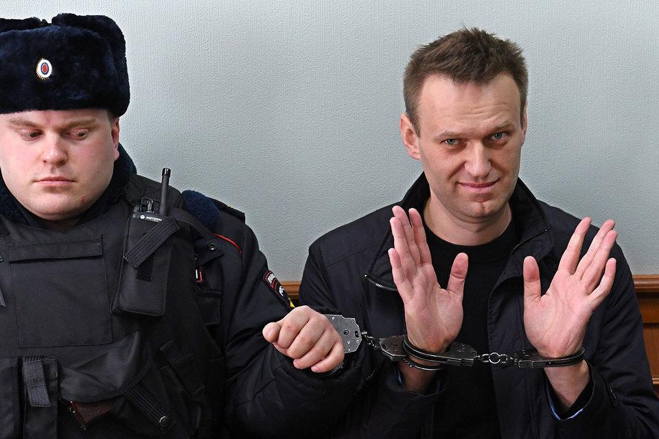 Алексея Навального (справа), возможно, ждет новый суд по делу о клевете