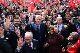 В случае успеха референдума президент Реджеп Тайип Эрдоган получит возможность переизбраться еще на два срока и остаться главой Турции до 2029 г.
