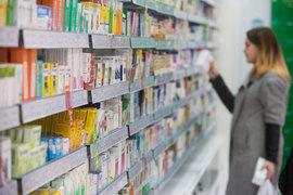 Сейчас надбавки устанавливаются в процентах для трех ценовых групп, из-за этого дистрибуторы и аптеки не заинтересованы продавать дешевые препараты