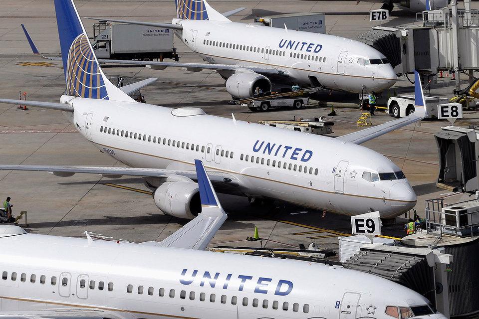 Капитализация United Continental Holdings сократилась за день почти на $700 млн после скандала на борту входящей в холдинг авиакомпании United Airlines
