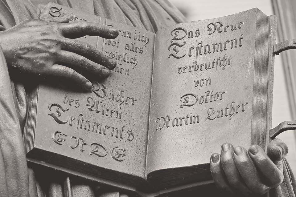 Лютер перевел Библию на немецкий язык, предложив каждому грамотному человеку знакомиться с текстом