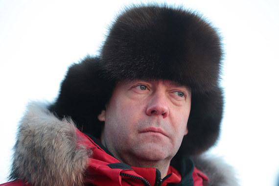 Председатель правительства Дмитрий Медведев, согласно данным декларации,  заработал в прошлом году 8,59 млн руб. В собственности у  премьер-министра находится  квартира площадью 367,8 кв. м, автомобили  «ГАЗ-20» 1948 года выпуска и «ГАЗ-21» 1962 года выпуска