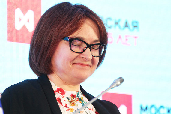 Председатель Центробанка Эльвира Набиуллина в прошлом году заработала  26,940 млн руб. Она задекларировала 1/3  квартиры площадью 70,6 кв. м и  квартиру площадью 112,2 кв. м, а также автомобиль Jaguar S-TYPE 2003  года выпуска