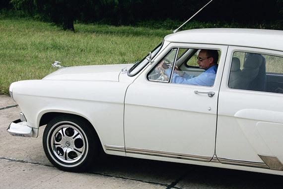 В пользовании Путина также находится квартира площадью 153,7 кв. м и  гаражное место площадью 18 кв. м. Данные объекты расположены на  территории России. Помимо этого в собственности президента имеются два  раритетных автомобиля «Волга» «ГАЗ М21», внедорожник «Нива» и прицеп  «Скиф»