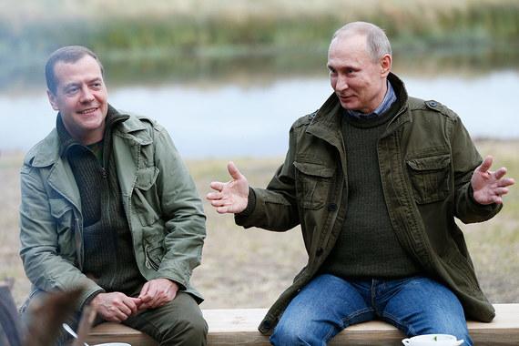 Владимр Путин заработал больше Дмитрия Медведева в 2016 г. Президент России в 2016 г. получил доход в размере 8,86  млн руб. Заработок главы государства в прошедшем году оказался на 33 000  руб. меньше, чем в 2015 г. Таковы данные декларации о доходах, расходах  и имуществе