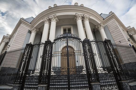 Проект по строительству жилого дома в Кривоарбатском переулке, 4, структура Шелкова приобрела в 2011 г. у «Интеко» Елены Батуриной. Построенный там роскошный особняк в стиле классицизма выставлен на продажу за 4,19 млрд руб. как жилая резиденция для одной семьи. Это самая дорогая квартира в Москве