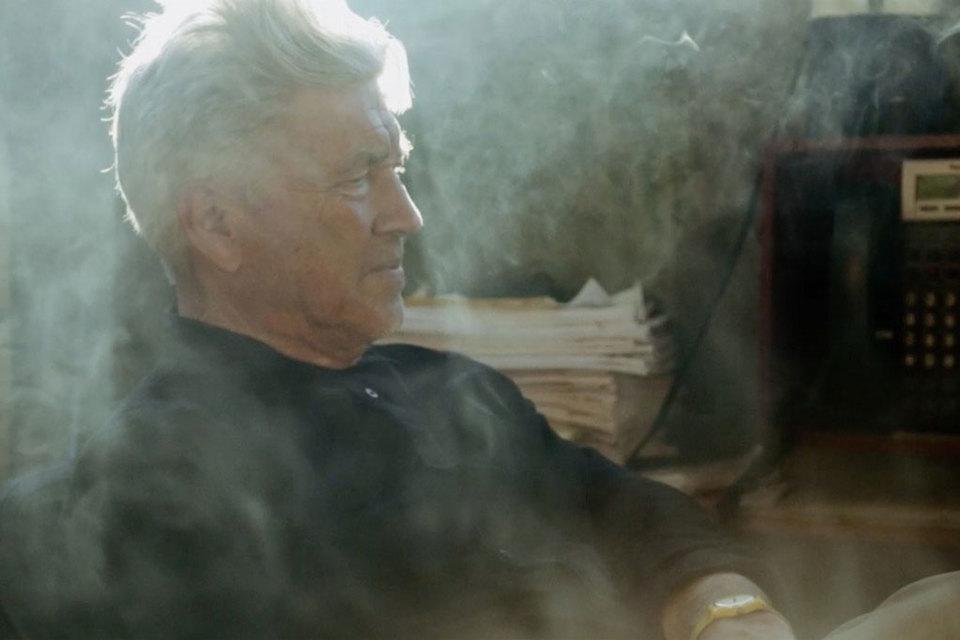 Дэвид Линч в фильме делает красиво все, т.е. три вещи: работает над картинами, курит и рассказывает