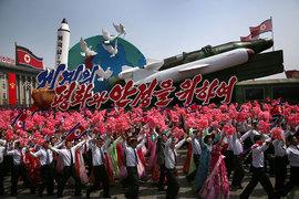 В субботу в Пхеньяне прошел военный парад, на котором были представлены межконтинентальные баллистические ракеты