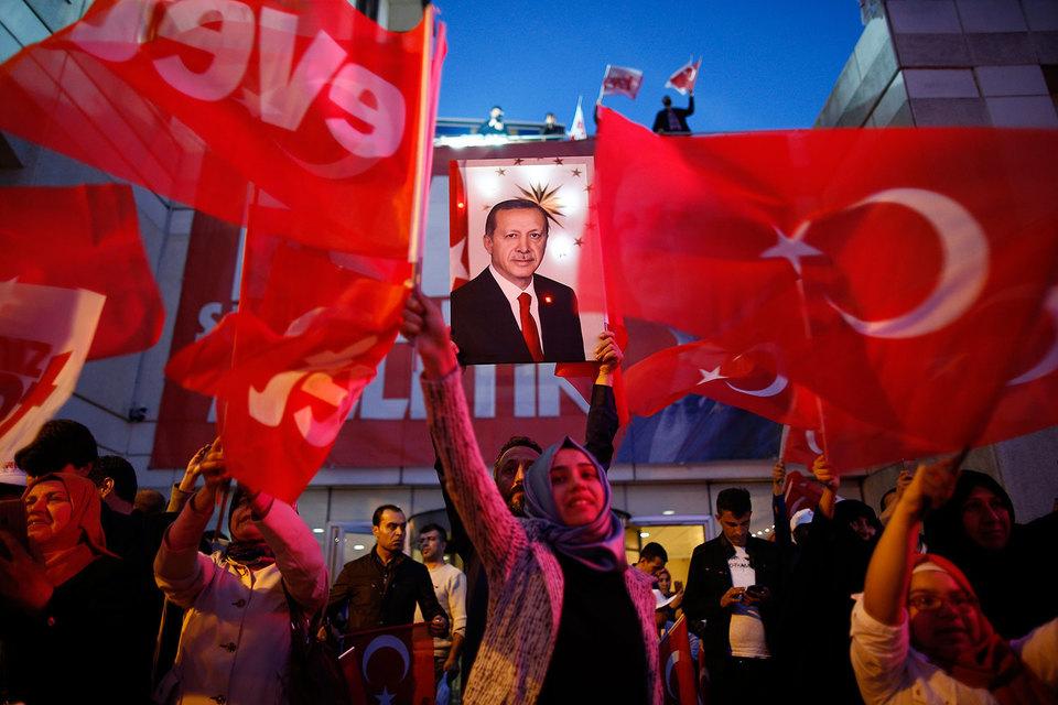 Сторонники изменения конституции Турции лидируют после подсчёта 98% голосов