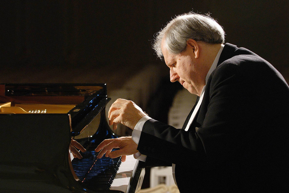 Играя на рояле, Григорий Соколов будто ведет личный диалог с невидимым миром