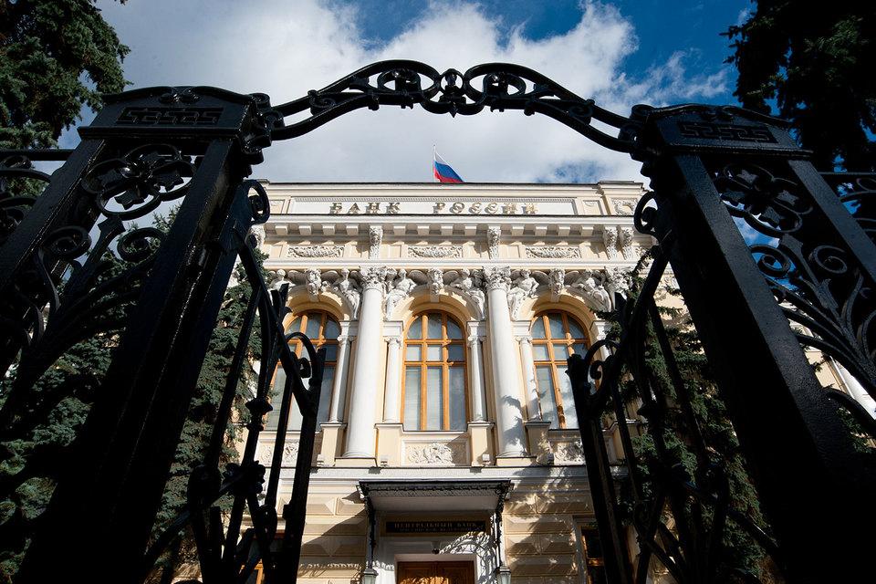Чтобы лучше контролировать защиту прав должников, ЦБ снабдит службу приставов материалами проверок банков и МФО