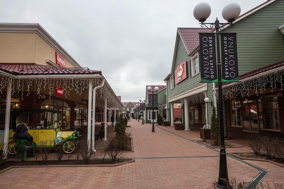 Во Vnukovo Outlet Village на площади 47565 кв. м размещаются 150 магазинов, парковая зона, контактный зоопарк, четыре тематических ресторана и первый в России детский парк развлечений Angry Birds