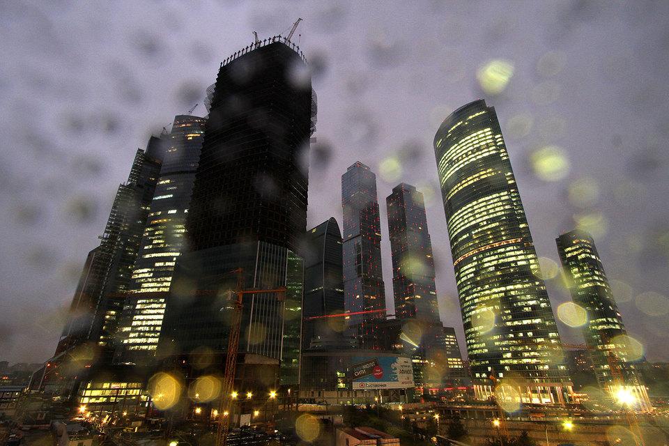 Самые крупные сделки по покупке и аренде офисных площадей проходят в ММДЦ «Москва-сити». «Транснефть» приобрела 154000 кв.м башни «Эволюция», ранее компания занимала несколько зданий в разных районах столицы. Переезд нефтяного гиганта в новое место запланирован на конец 2017 г. Банку ВТБ сейчас принадлежит около 60000 кв. м офисов в башне «Федерация», 211000 кв. м в «Евразии». В ММДЦ переехали дочерние компании банка, а с ними и многие топ-менеджеры