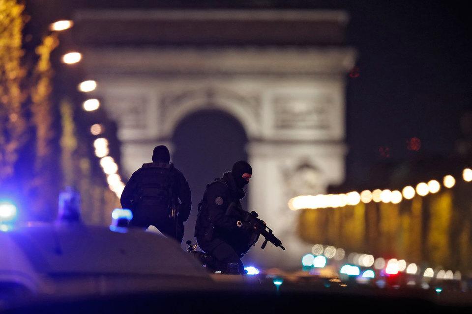 Ответственность за нападение, в результате которого один полицейский был убит, еще двое тяжело ранены, взяла на себя запрещенная в России террористическая группировка «Исламское государство»