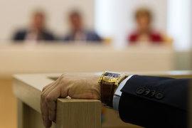 Чиновники и парламентарии сегодня перед трудным выбором: власть требует, чтобы они выглядели и честными, и не слишком богатыми