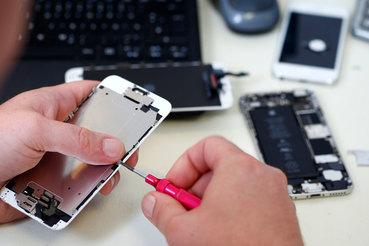 До сих пор Apple не поставляла в Россию дисплеев для iPhone — при повреждении в авторизованных сервисных центрах аппарат с поврежденным экраном меняли на новый с доплатой